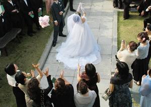 ブーケトスする花嫁