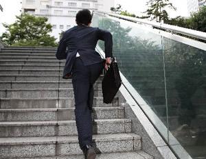 急いで階段を駆け登る男性