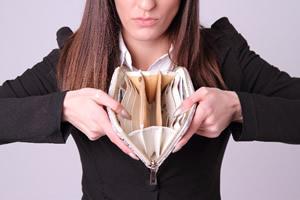 空っぽのお財布を見せる女性